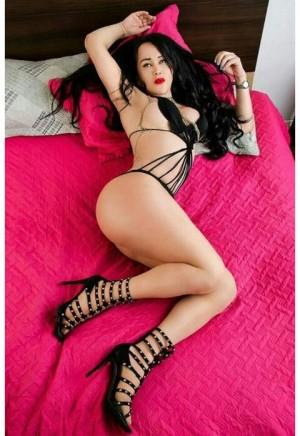 trans exuberante culona y tetona una bomba sexual experta en el mejor sexo